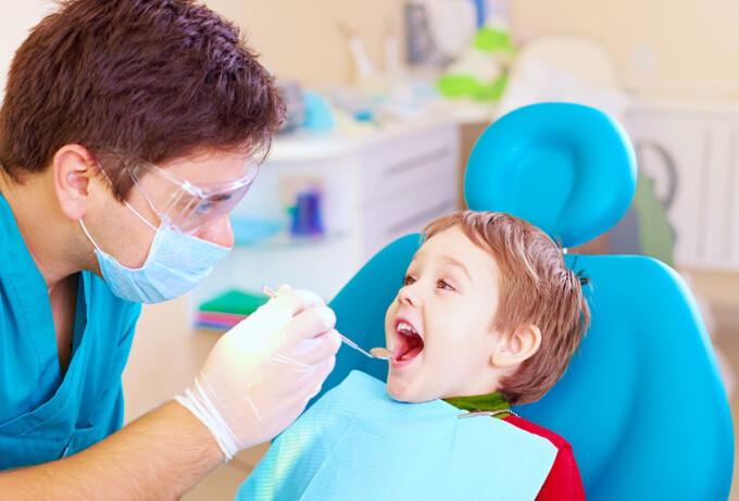 Когда ребенка нужно в первый раз сводить на приём к стоматологу?